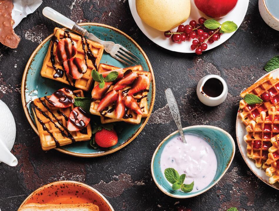 Image d'un petit déjeuner avec des gauffres, des fruits